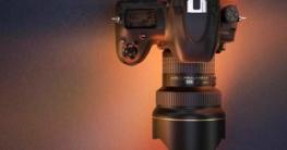 Nikon Kamera mit Blitzschuh - das silberne Element im Bild